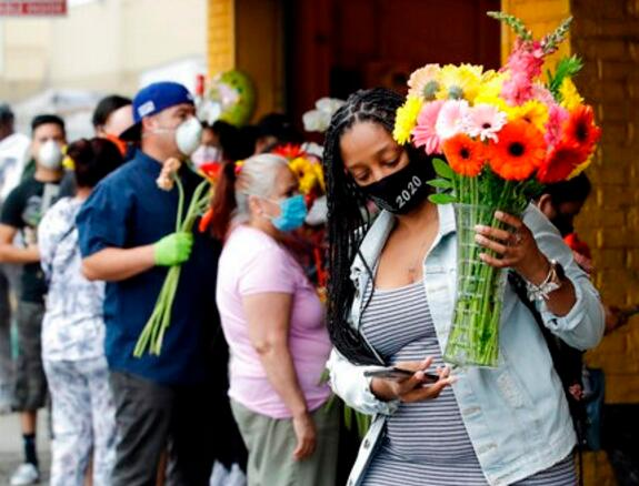 加州洛杉矶的花卉市场外大排长龙.jpg